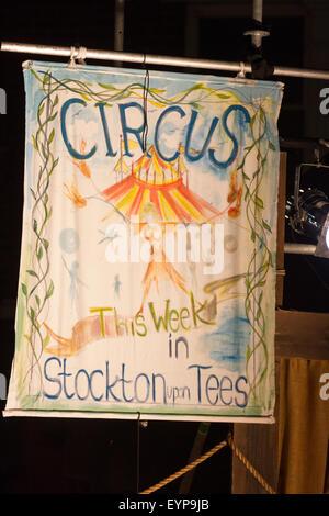 En Stockton-on-Tees, UK, sábado 1 de agosto, 2015. Un circo banner en luz instantánea, la 28 Stockton Riverside Festival Internacional. Crédito: Andrew Nicholson/Alamy Live News