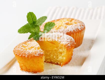 Flan muffins rellenos en la placa Foto de stock