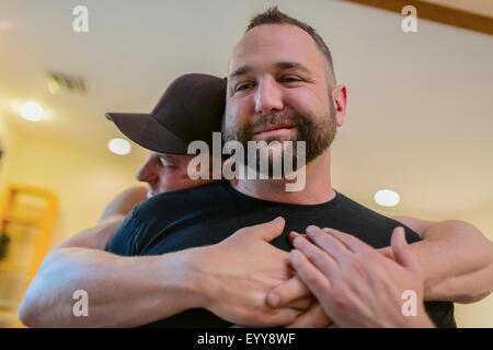 Cerca de una pareja gay abrazos