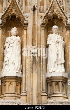 Las estatuas de la Reina y el Príncipe Philip, Duque de Edimburgo, en la Catedral de Canterbury por el escultor Nina Bilbey para marcar Queen's Diamond Jubilee. UK