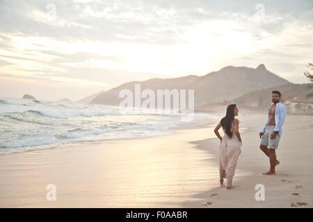 Adulto medio par en la playa, Río de Janeiro, Brasil