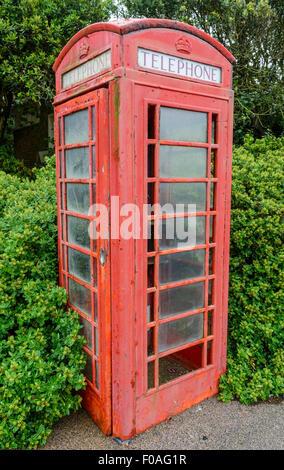 British Telecom K6 modelo teléfono rojo caja (quiosco de teléfonos) en mal estado, Grado II, en Littlehampton, West Sussex, Inglaterra, Reino Unido.