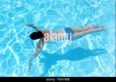 Joven Mujer nadar en vacaciones vistiendo un bikini - Francia