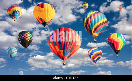 Globos aerostáticos volando multicolor Foto de stock