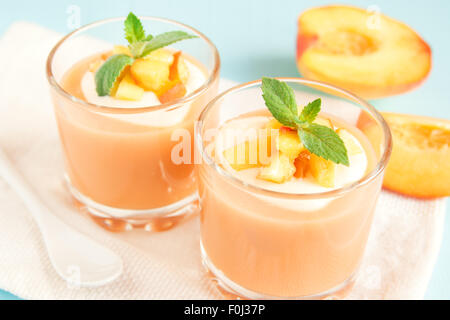 El smoothie de durazno postre (mousse) con yogur y menta en parte las gafas