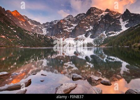 El Morskie Oko lago de montaña en las montañas de Tatra en Polonia, fotografiado al atardecer.