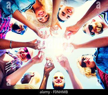 Celebración Champagne mirando hacia abajo el concepto de amigos