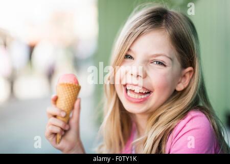 Retrato de muchacha comiendo helado