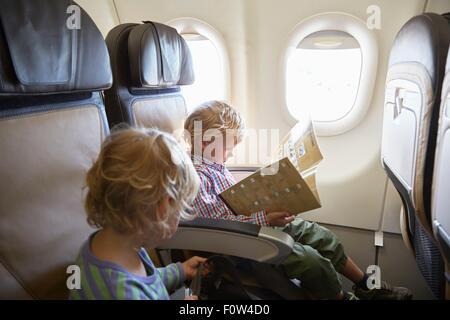 Los niños sentados en el avión Foto de stock