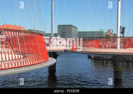 Copenhague, Dinamarca, del 22 de agosto de 2015. En una ceremonia festiva el círculo Cirkelbroen, el puente de canal Christianshavn, inauguró hoy en Copenhague en la presencia de más de 7.000 daneses. El puente peatonal se compone de cinco andenes circulares rematados por mástiles altos y delgados cables de acero que se extiende desde la parte superior de los mástiles de las barandillas. El puente es un regalo del Nordea Foundation a la ciudad de Copenhague y está diseñado por el artista Danish-Islandic Olafur Eliasson.
