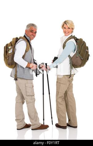 Feliz pareja de mediana edad con mochilas mirando atrás