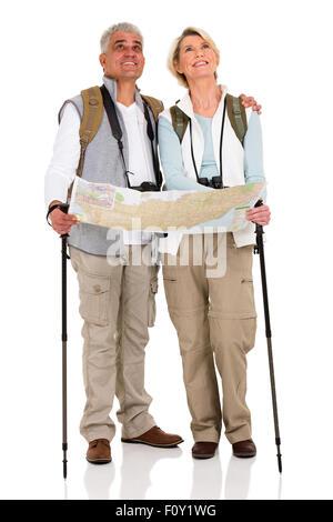 Hermosa pareja de mediana edad con mochilas y mapa sobre fondo blanco.