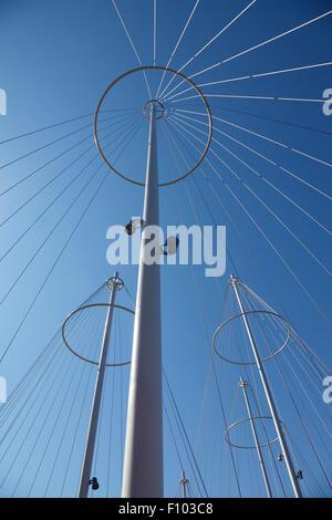 Los altos mástiles o postes con cables de acero, ampliación del círculo de puente, Cirkelbroen, diseñado por Olafur Eliasson, Christianshavn Canal, Copenhague.
