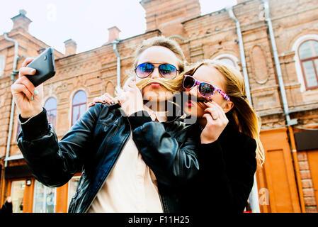 Las mujeres que toman selfie en ciudad