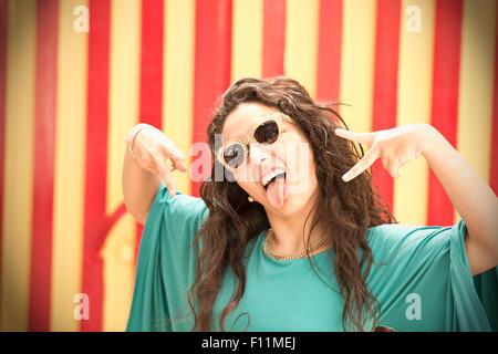 La mujer hispana en gafas de sol haciendo una cara