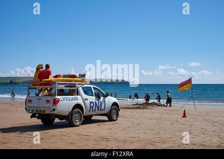 Los salvavidas de RNLI patrullan durante las vacaciones de verano en el Playa de arena en Bigbury-on-sea en el sur de Devon Reino Unido