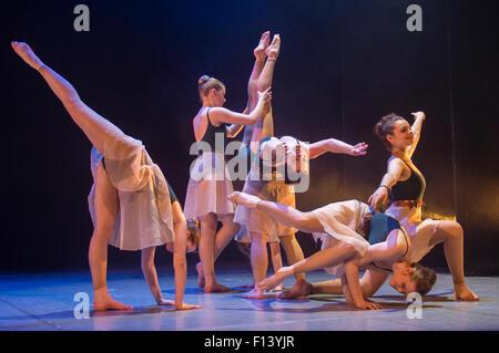Un grupo de jóvenes bailarines de ballet de estudiante adolescente en Aberystwyth Arts Center Escuela de Baile bailando en el escenario en una adaptación de JM Barrie Peter Pan. Gales UK