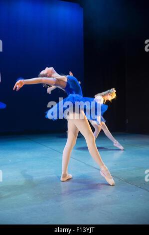 Dos jóvenes bailarines de ballet de estudiante adolescente vestido de azul tutus en Aberystwyth Arts Center Escuela de Baile bailando en el escenario en una adaptación de JM Barrie Peter Pan. Gales UK