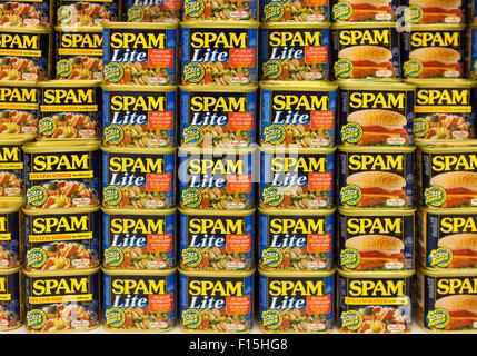Latas de diversas variedades de Spam apilados para la venta en un supermercado en Waimea, Big Island, Hawai Foto de stock