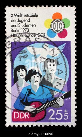 Sello impreso en RDA muestra Festival Emblema del 10º Festival de la Juventud y los estudiantes, Berlín, circa 1973