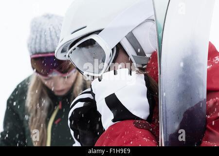 Mujer vistiendo gafas y guantes de ski, cerrar