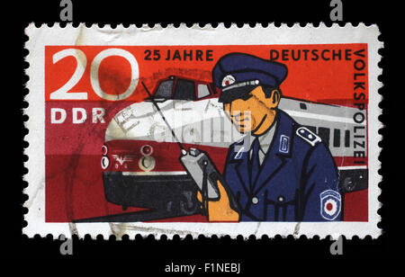 Sello impreso en RDA muestra el 25º aniversario de la policía popular de Alemania Oriental, circa 1970