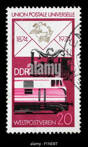 Sello impreso en RDA muestra viejas locomotoras a vapor y diesel moderno, centenario de la UPU, circa 1974