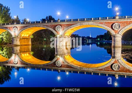 Turín (Torino), Ponte Isabella y el río Po, en la hora azul (con Mole Antonelliana en el fondo)1.