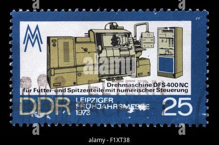 Sello impreso en la RDA, la máquina de tornos muestra la Feria de Primavera de Leipzig, circa 1973