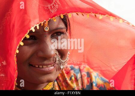La India, el estado de Rajasthan, Jaisalmer, retrato de una mujer india Foto de stock