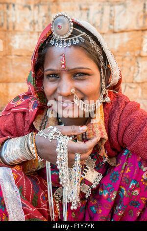 La India, el estado de Rajasthan, Jaisalmer, mujer gitana desde el desierto de Thar Foto de stock