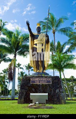 La estatua del rey Kamehameha el grande en el río Wailoa State Recreation Area, mantenido por el ARS en Hilo, Hawai