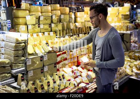 Joven selección de quesos en el mercado de delicatessen cale, Sao Paulo, Brasil.