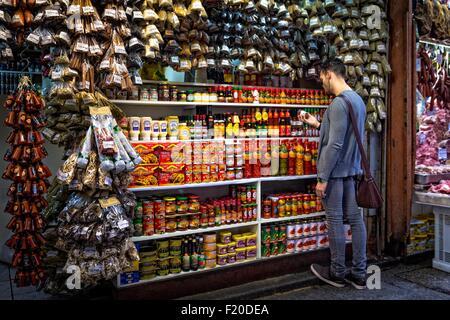 Joven Selección de especias en el mercado de cala, Sao Paulo, Brasil.