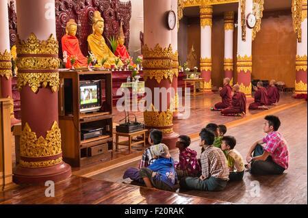 Myanmar (Birmania), el estado de Shan, Pao de tribu, Naung Kae, los niños viendo la televisión en el monasterio Foto de stock