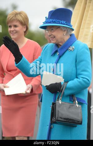 La reina Isabel II, Su Majestad la Reina con el Primer Ministro de Escocia, Nicola Sturgeon. Foto de stock