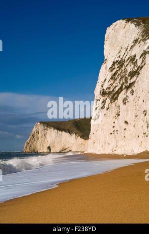 Mirando a lo largo de la playa hacia la cabeza Swyre y murciélagos cabeza en Dorset cerca de Lulworth la Costa Jurásica, en Dorset, Reino Unido.