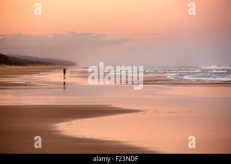 Pescador solitario, en setenta y cinco millas de la playa, la isla de Fraser, Queensland, Australia. Fraser Island es la isla de arena más grande en th