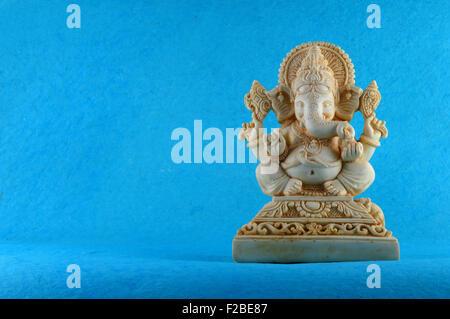Dios hindú Ghanesa. Ganesha Idol con flores. Foto de stock