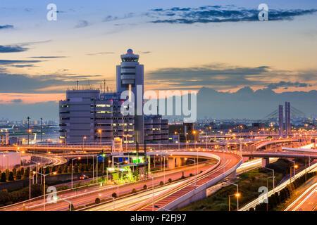 El aeropuerto de Haneda edificios y carreteras en Tokio, Japón.