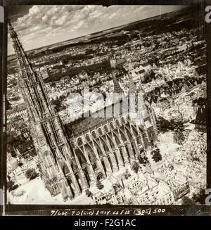 Fotografía aérea de la ciudad alemana de Ulm adoptadas tras el devastador ataque aéreo de diciembre de 1944, mostrando la enorme destrucción causada por los bombardeos aliados dejando la iglesia, Ulm Minster, prácticamente intacta. La mayoría de la ciudad del centro medieval fue destruida por los bombardeos. La iglesia, también conocida como la catedral de Ulm, Ulm Münster o ULMER MÜNSTER tiene el más alto chapitel de ninguna iglesia en el mundo (161.5m). La iglesia fue construida entre 1400 y 1540, aunque los campanarios no finalizaron hasta 1890.