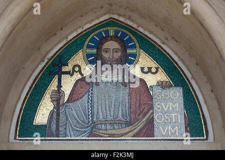 Jesucristo. Mosaico de la Escuela de Arte de Beuron desde los 1910s a través de la entrada principal de la Iglesia de la Virgen María y de los Santos Eslavos del monasterio de Emaús (Na Slovanech) en Praga, República Checa.