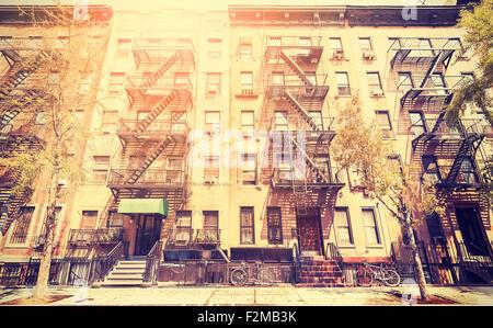 Estilo retro de película antigua foto de Nueva York edificio con escaleras de escape en caso de incendio, EE.UU..