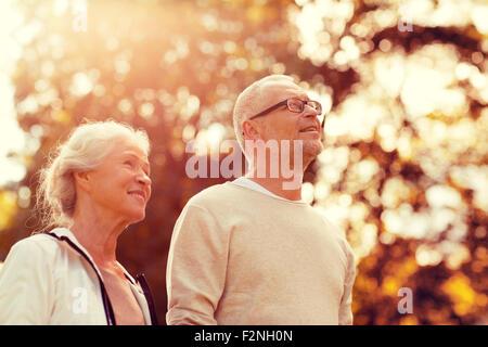 Las parejas ancianas en estacionamiento