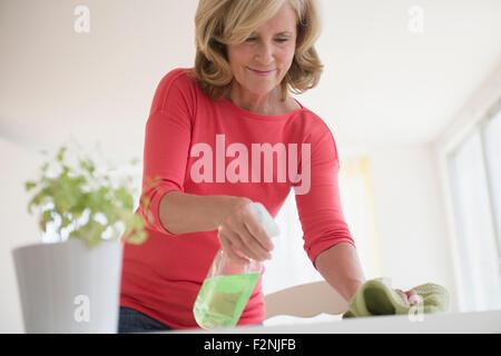 Mujer caucásica tabla de limpieza