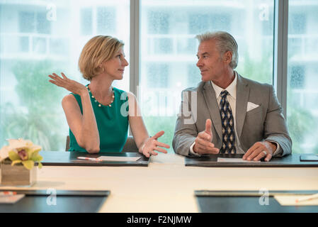 Negocios caucásico gente hablando en reunión
