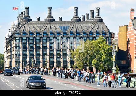 Portcullis House Londres complejo de oficinas para los miembros del Parlamento del Reino Unido con los turistas que caminan a lo largo de Westminster Bridge pavimento Inglaterra