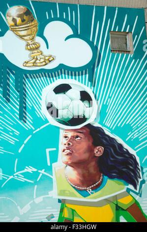 Ronaldinho als Wandgemaelde Fussball-Gott - un einem Plattenbau en Berlin-Mitte - Fussballweltmeisterschaft in Deutschland 2006,