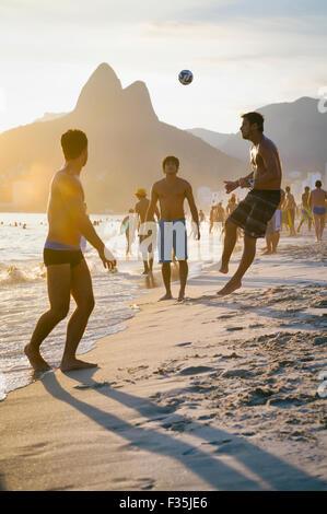 Río de Janeiro, Brasil - Enero 18, 2014: Los jóvenes brasileños jugar keepy calidad mascota fútbol playa, o altinho, sobre la playa de Ipanema.