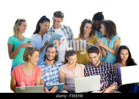 Imagen compuesta de varios estudiantes mediante el uso de dispositivos electrónicos